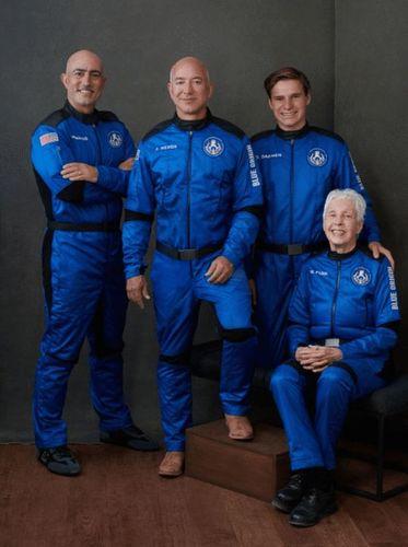 世界首富贝索斯太空旅行取得圆满成功机组创下多项纪录