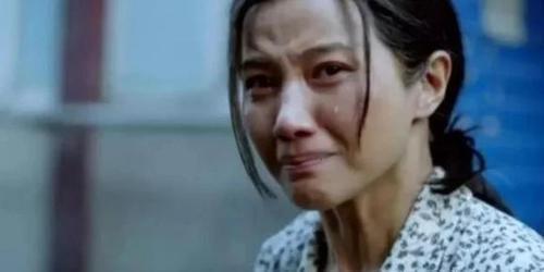 那段时间颜丙燕在圈内的名声还不是很大,直到她遇见《红十字方队》