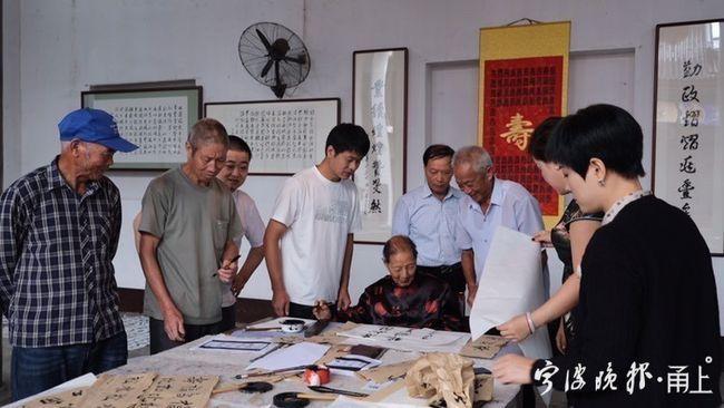 正在直播的老人叫陈中才,出生于1920年,今年102岁