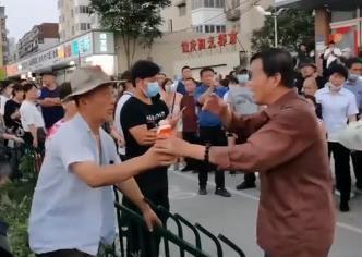 7月30日,郑州地铁公司领导班子,中层管理人员,员工代表到沙口路地铁站