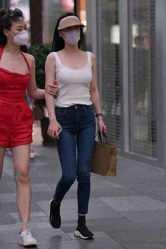 白色u型领口背心,安全舒适,搭配深蓝牛仔裤,凸显身材优势