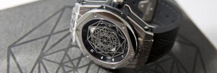 其中前侧主拉链用18k白金覆以珍贵钻石(镶嵌39颗钻石,总重0.