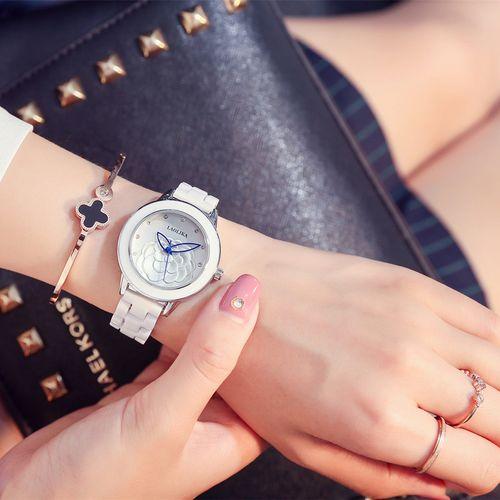 女生戴手表唯美图片