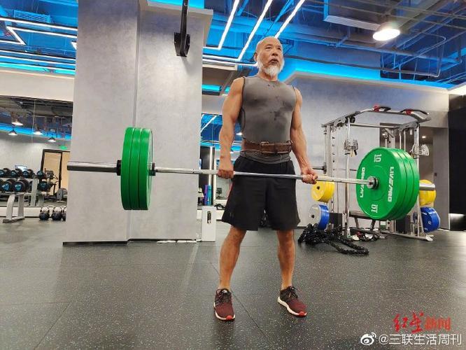 67岁大爷在家健身练出8块腹肌
