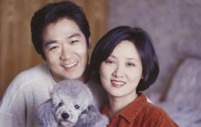 张国立遇见邓婕之前,已经娶了老婆罗春秀,两人还有个年幼的儿子张默.