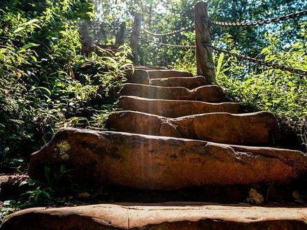 19岁小伙带29岁寡妇私奔隐居深山50年并打造6000级爱情阶梯